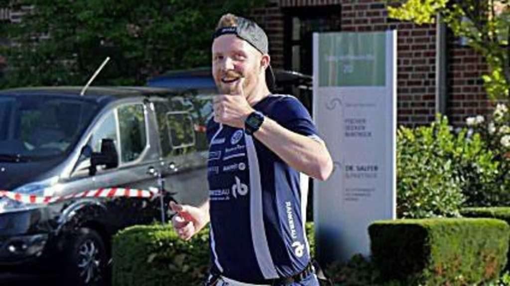 Daumen rauf: Der viertplatzierte Philipp Pospich war mit seiner Zeit beim ersten Syker Hachelauf sehr zufrieden. © Harpstedter TB