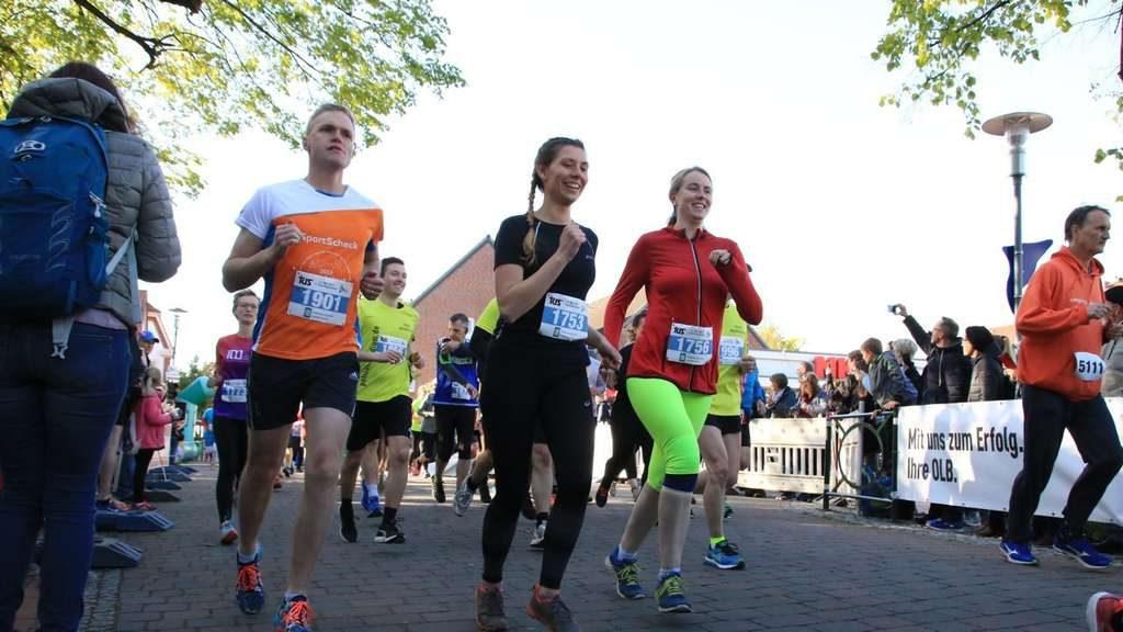 Die Läufer gingen bestens gelaunt auf den Rundkurs durch Syke. © Jantje Ehlers